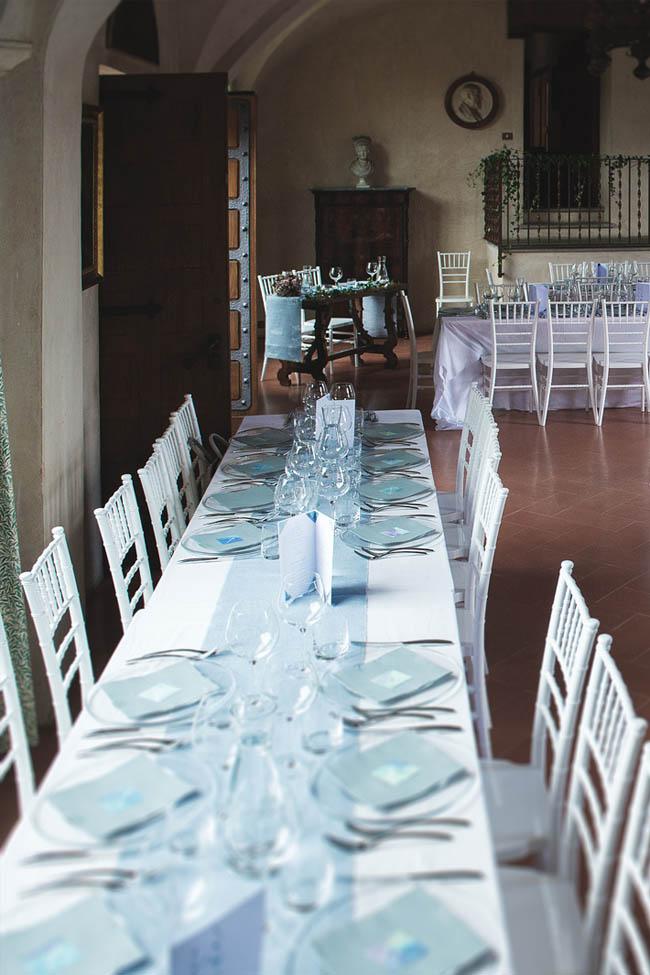 tavolo imperiale con runner azzurro