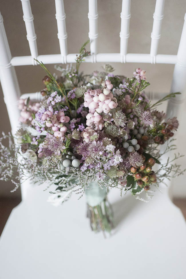 bouquet rosa con bacche e fiori selvatici