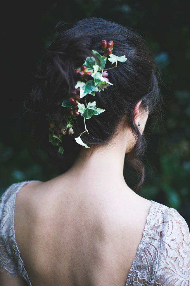 acconciatura sposa con edera e bacche
