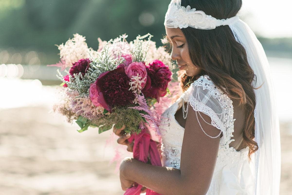 sposa boho chic con bouquet fucsia e rosa