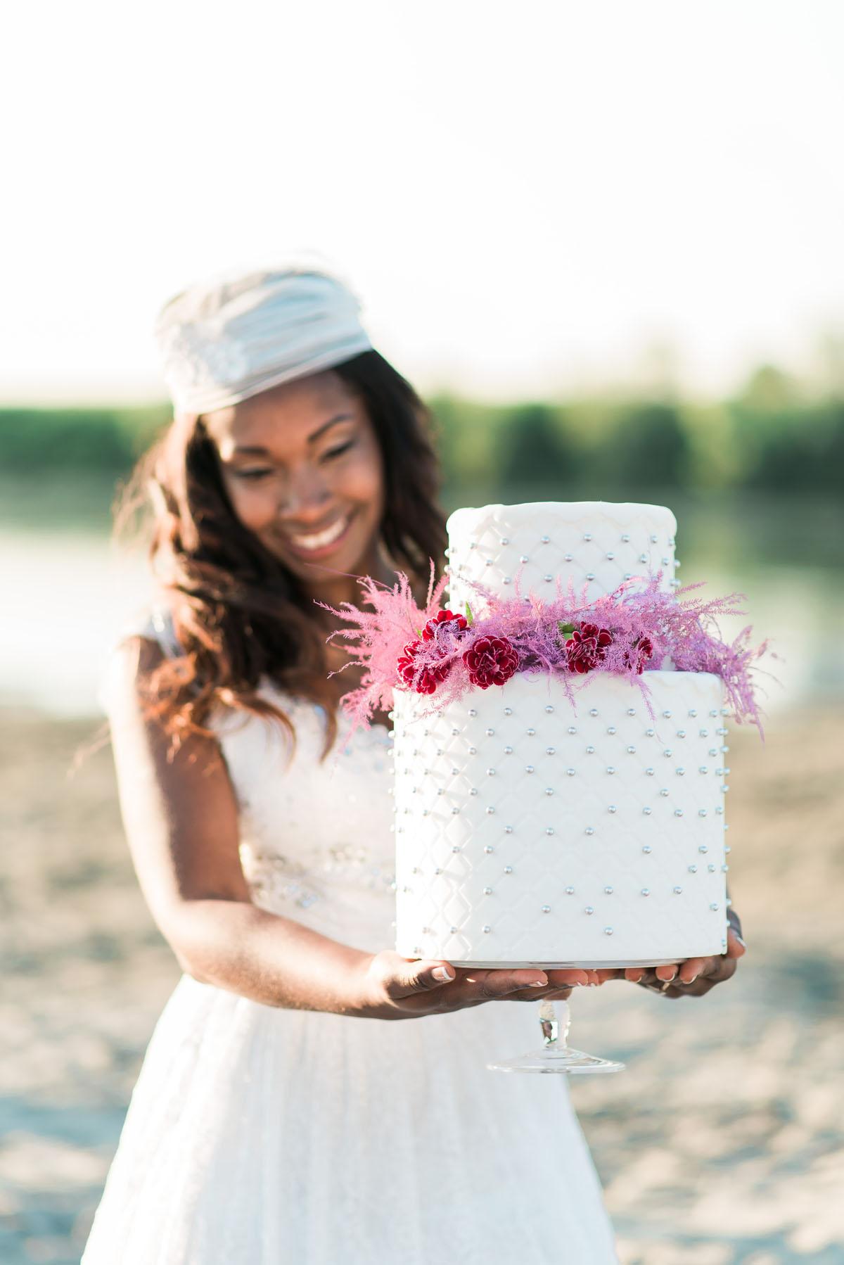 torta nuziale con fiori fucsia e pois argento