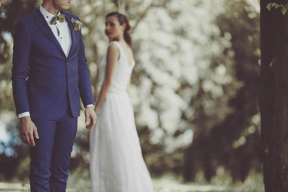 sposo con completo blu e papillon verde