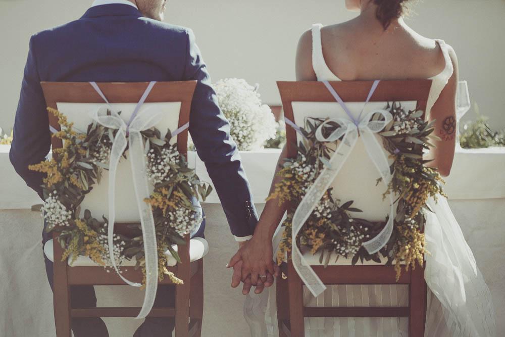 sedie decorate con ghirlande di fiori e foglie