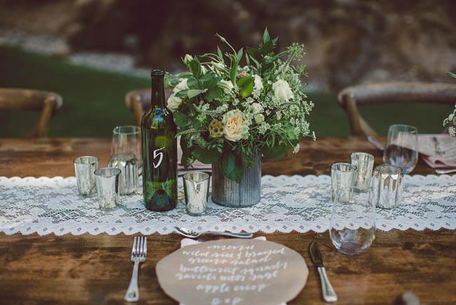 tavola matrimonio in legno con runner in pizzo