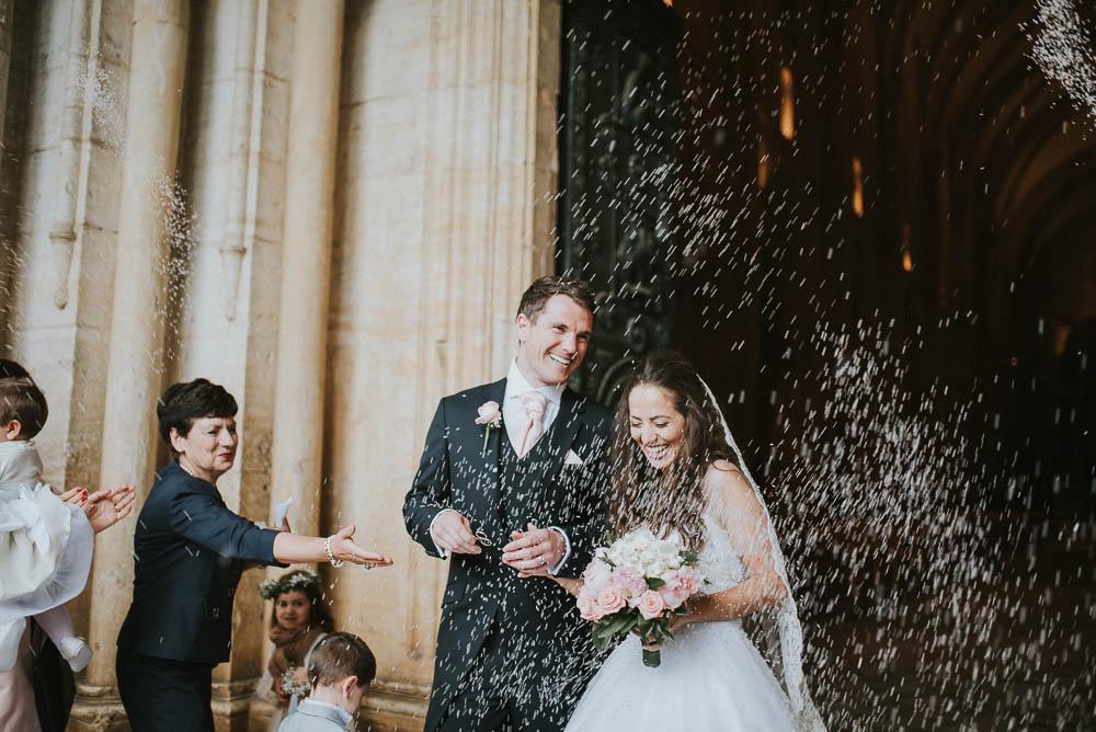matrimonio dai colori pastello sotto la pioggia