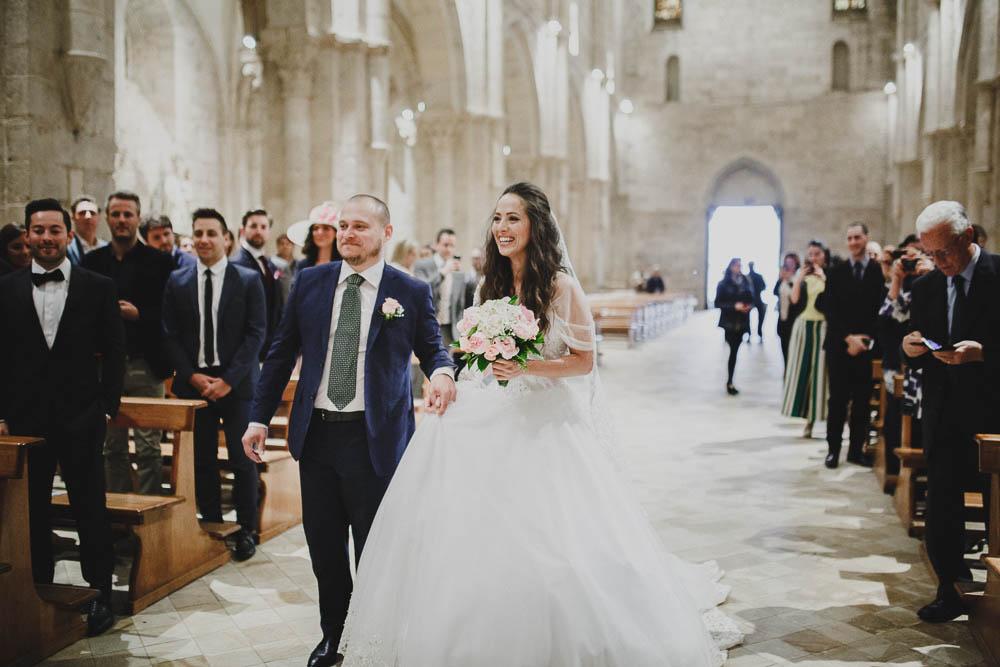 sposa con bouquet bianco e rosa