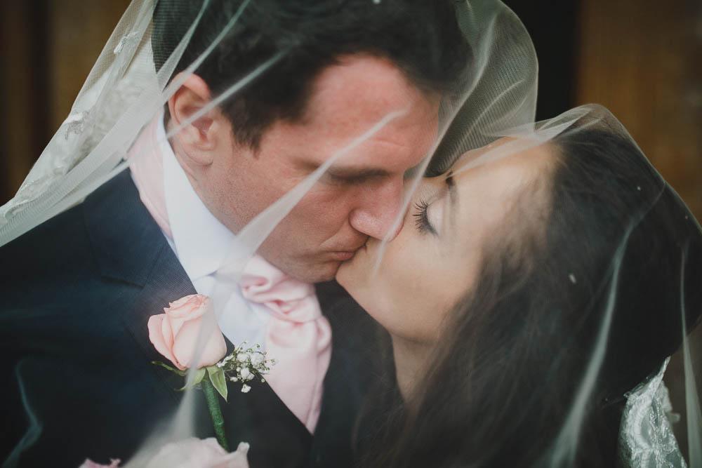 sposo con cravatta e bottoniera rosa cipria