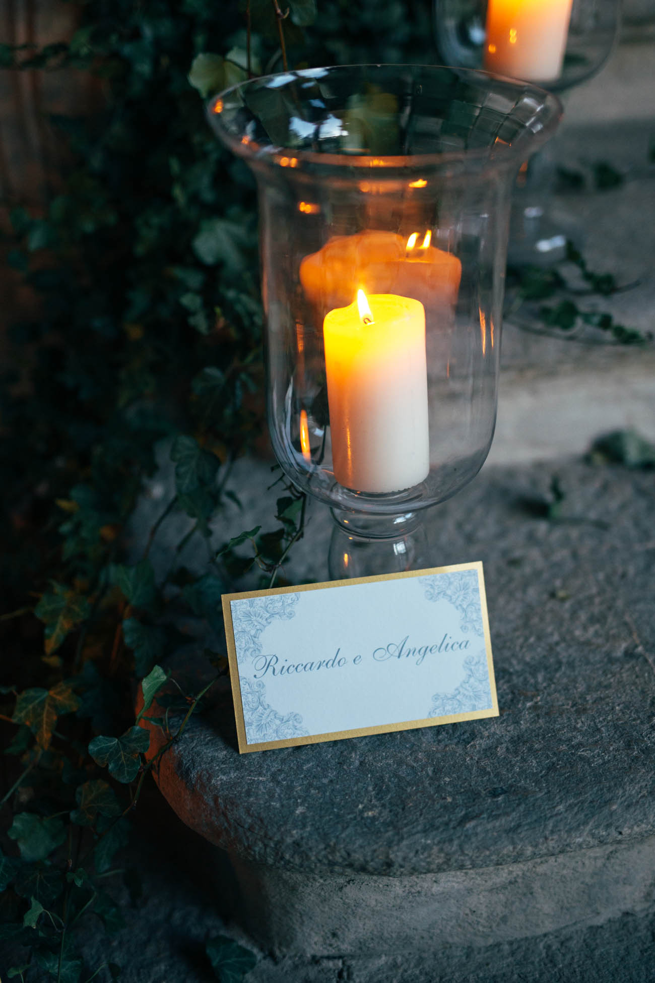allestimento con candele e foliage