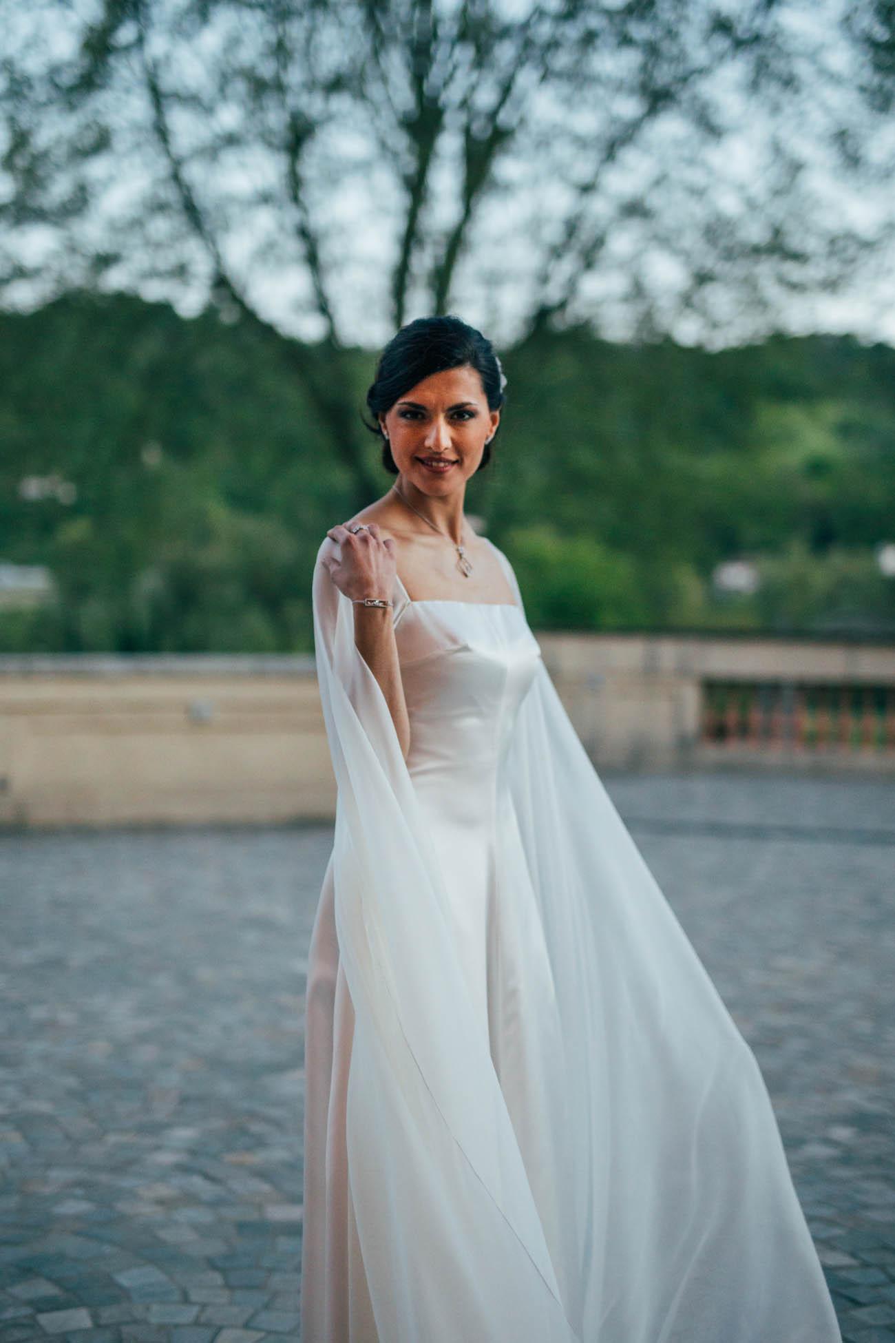 abito da sposa in seta con mantella