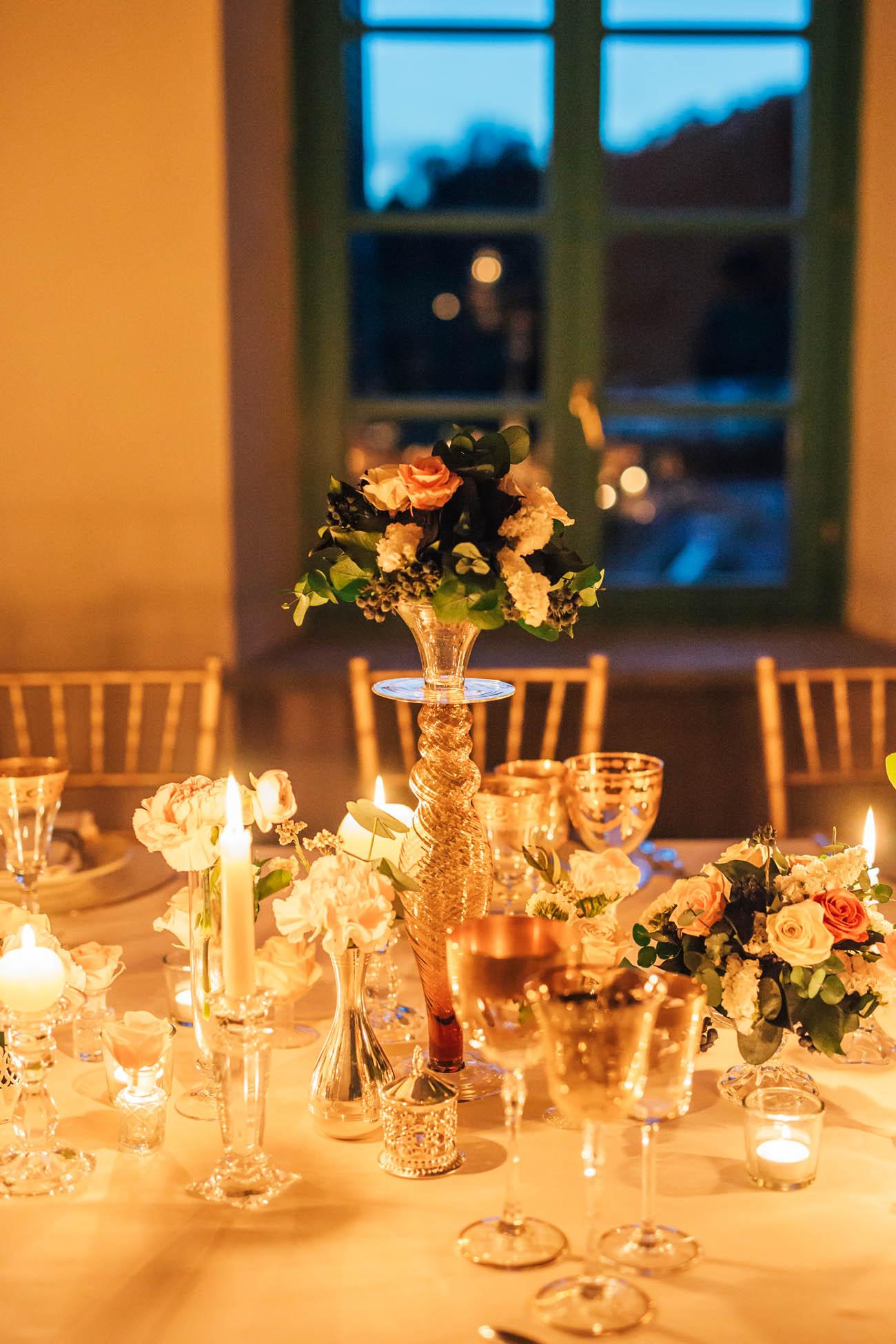 centrotavola con fiori e candele