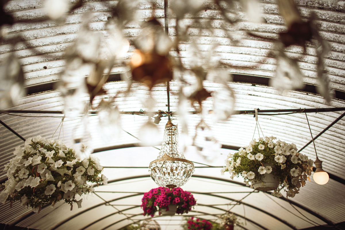 allestimento matrimonio in serra con chandelier