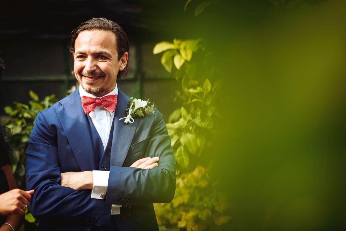 sposo con completo blu e papillon rosso