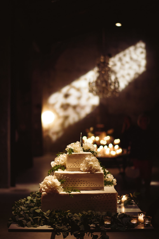 torta nuziale decorata con ortensie bianche e foliage