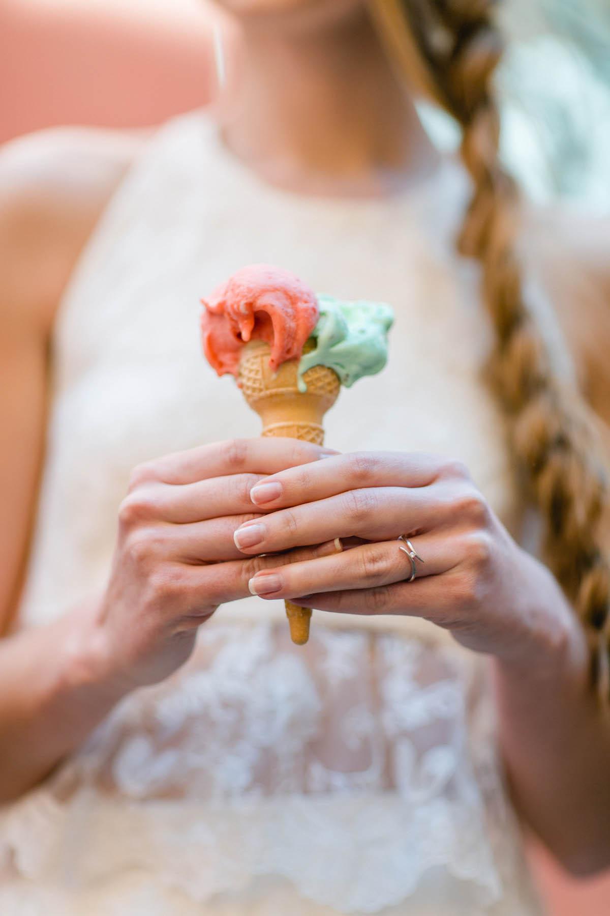 sposa con cono gelato