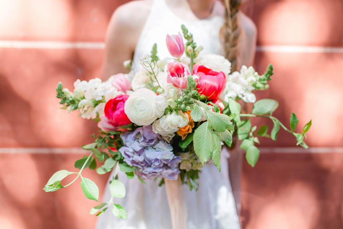 bouquet con peonie, tulipani, ortensie e foliage