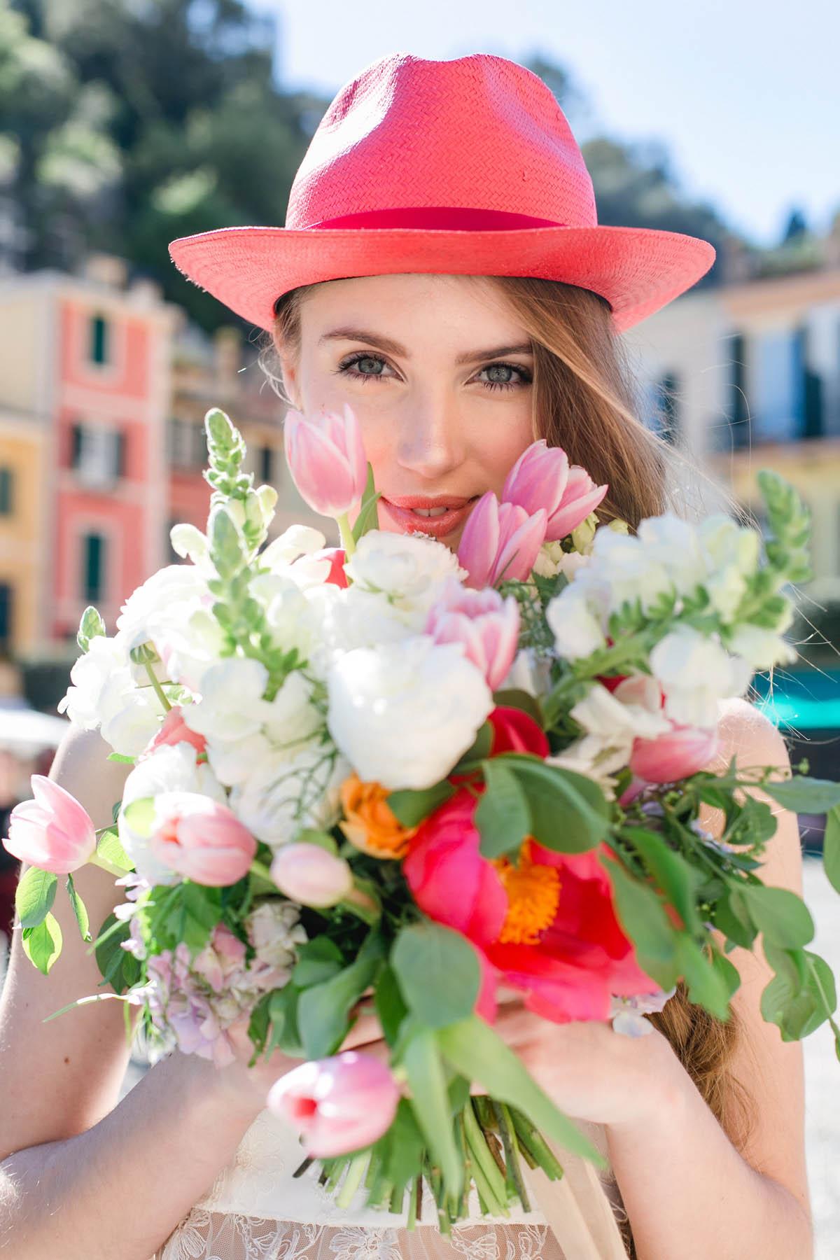 sposa con cappello e bouquet bianco e rosa