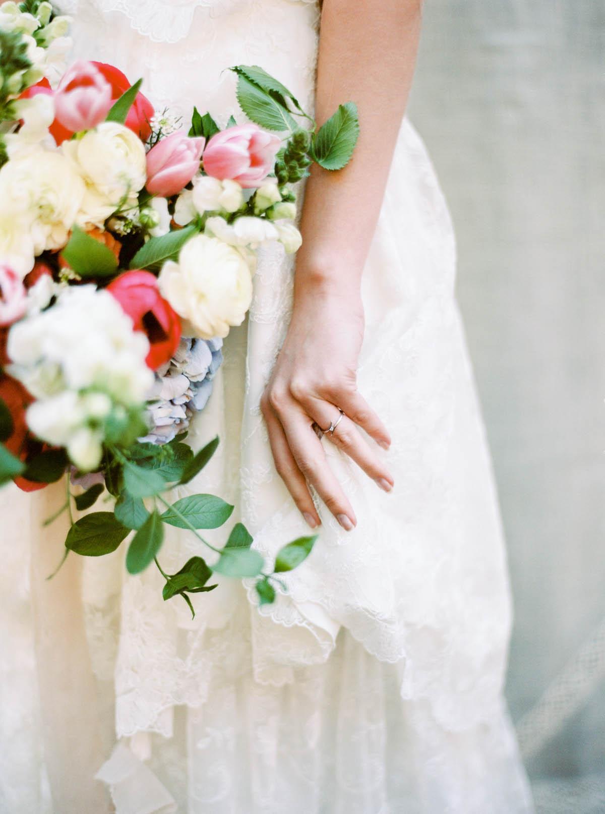 bouquet bianco e rosa con foliage