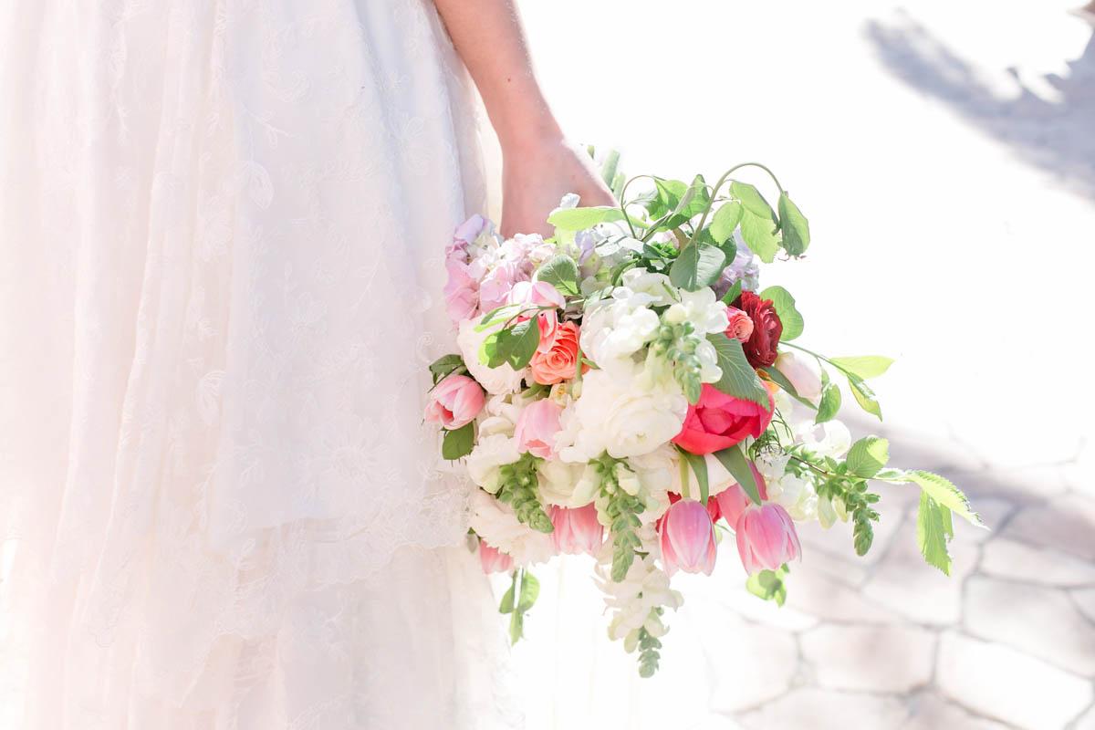 bouquet bianco e rosa con peonie e tulipani