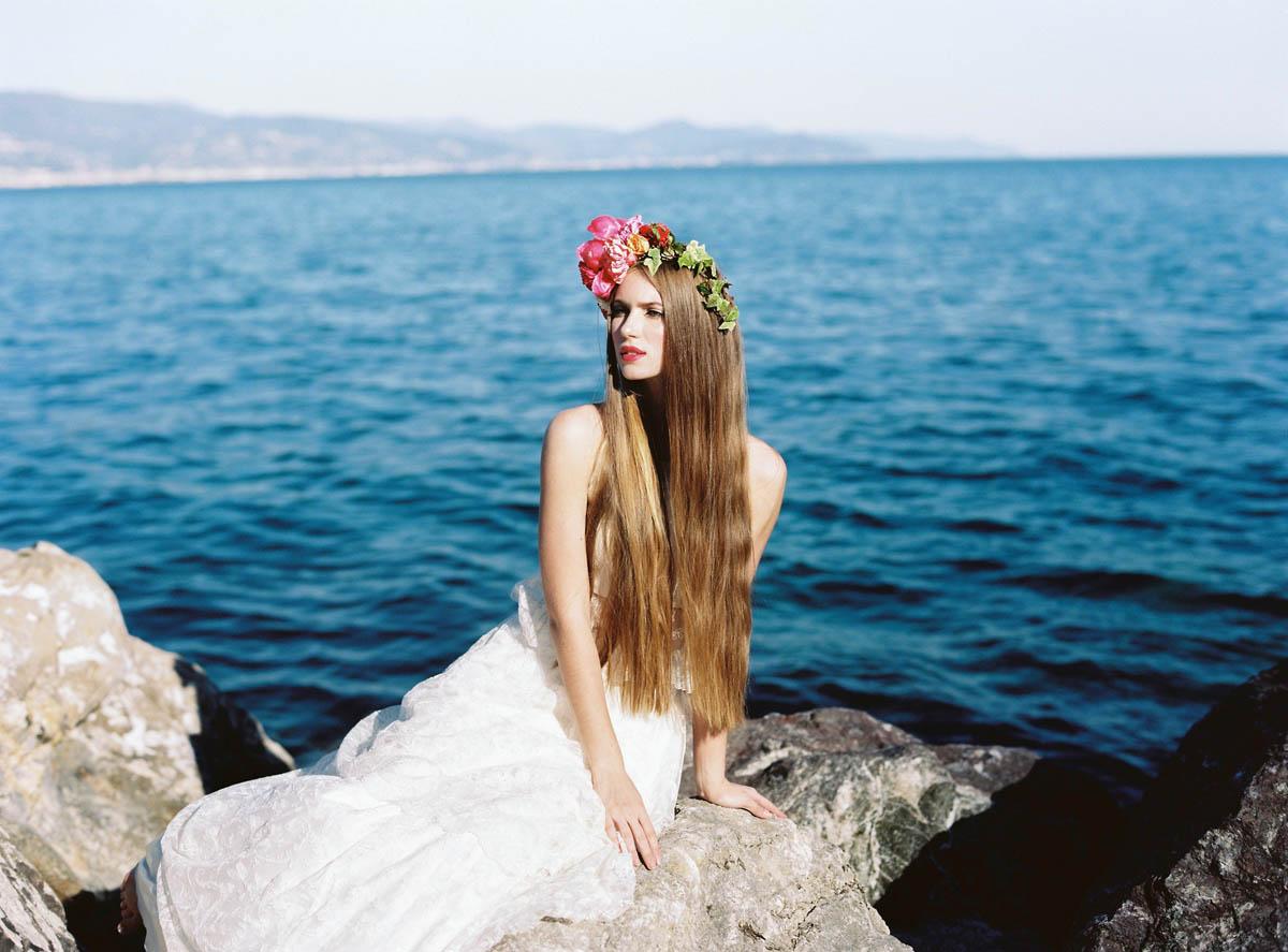 sposa boho chic con corona di fiori corallo
