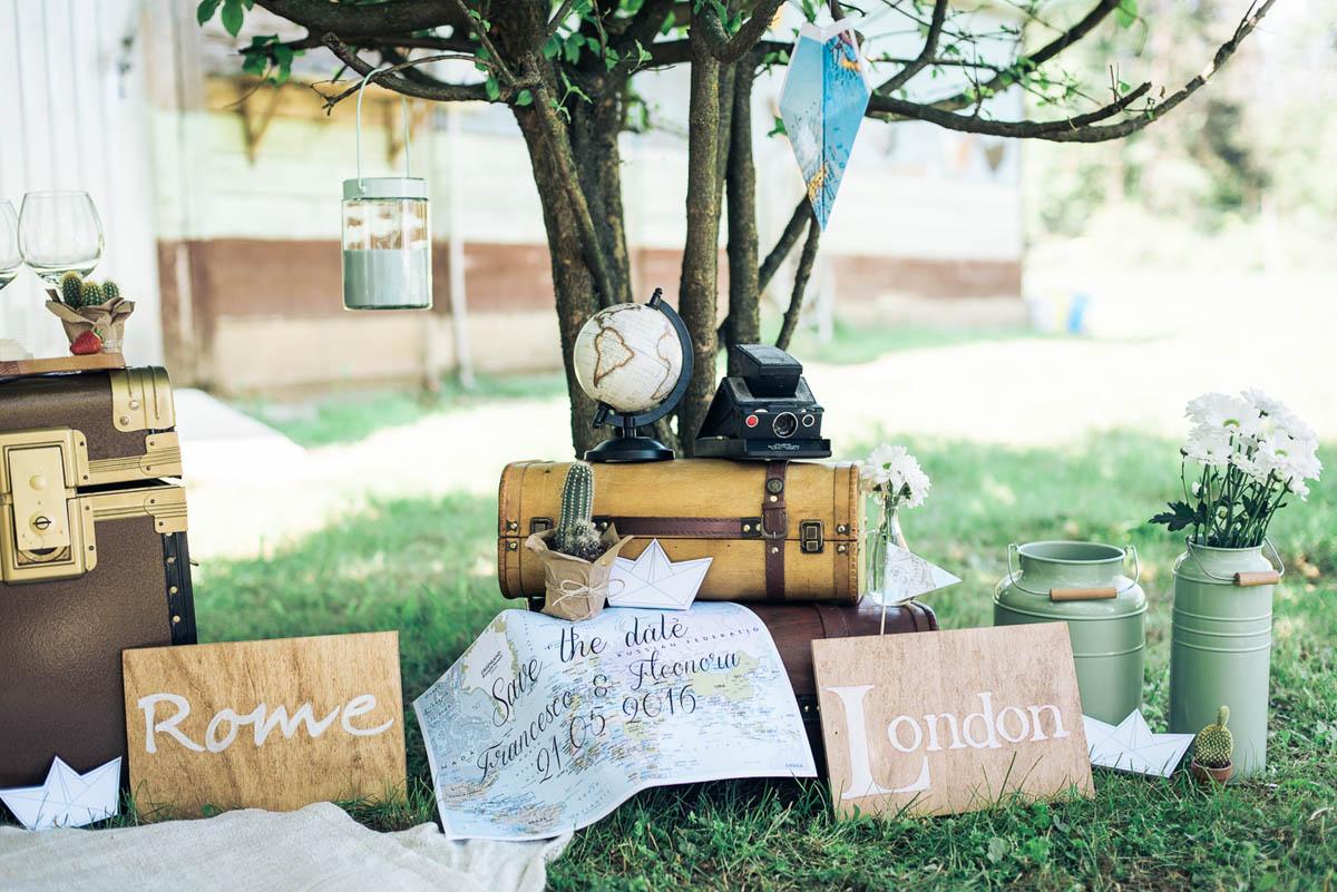 allestimento a tema viaggio con valigie vintage