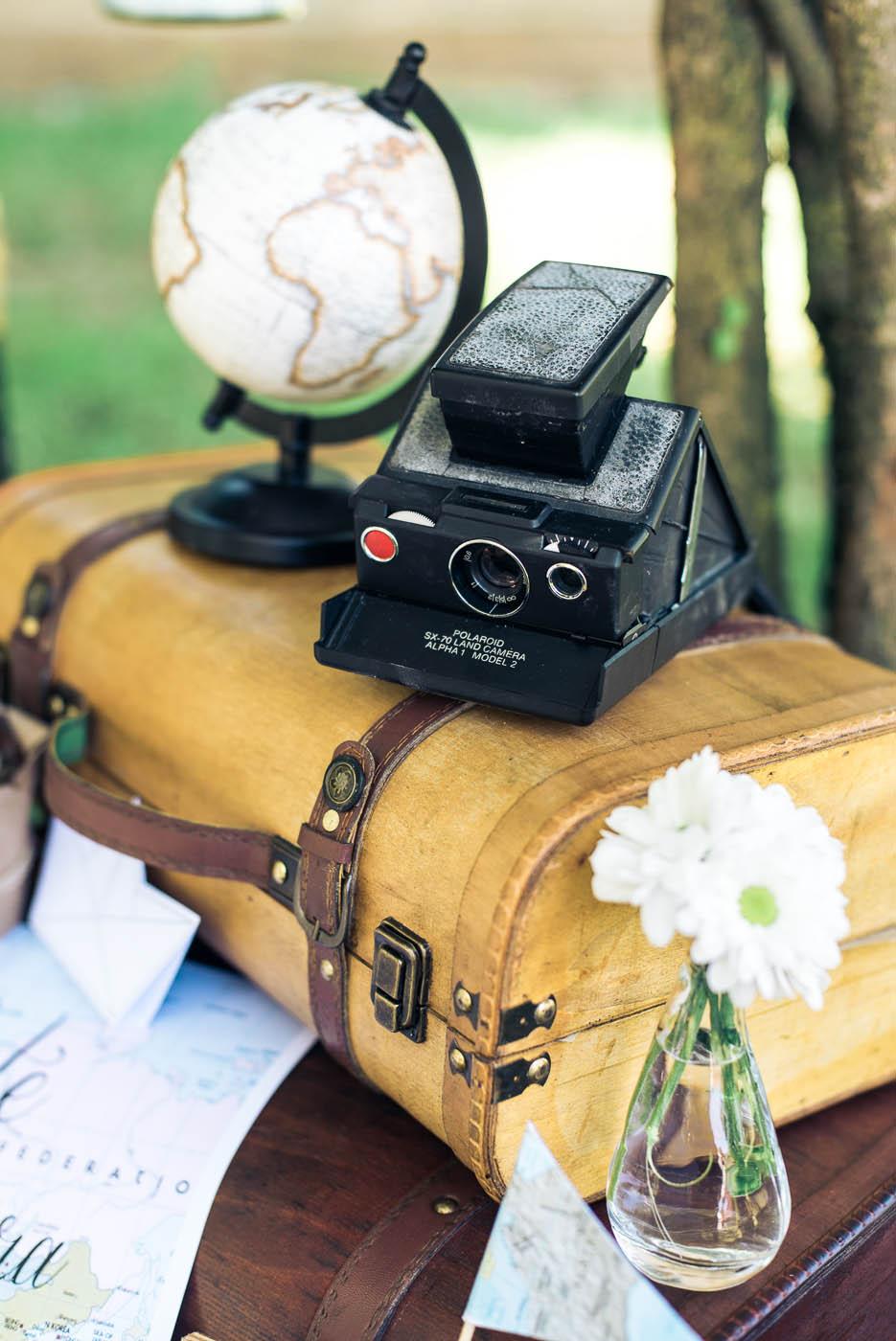 allestimento a tema viaggi con valigia e macchina fotografica vintage