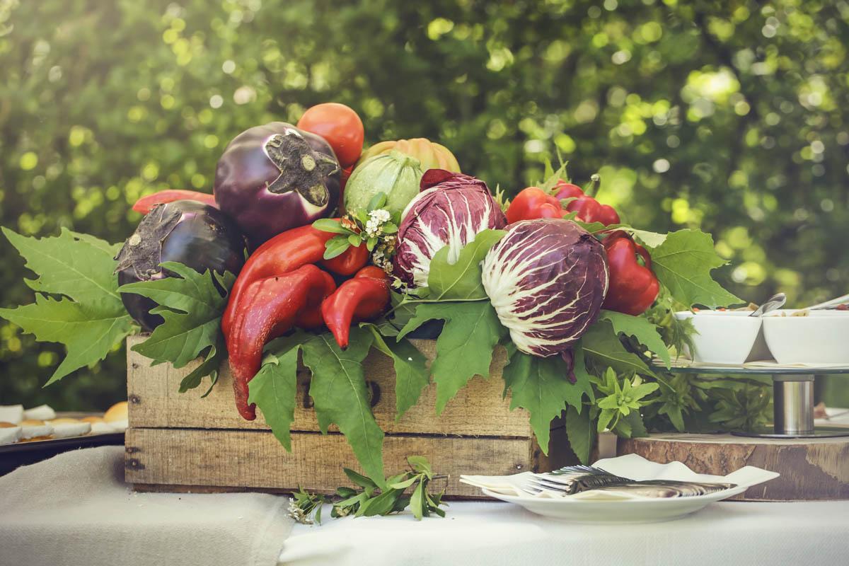 composizione di verdure in casetta di legno