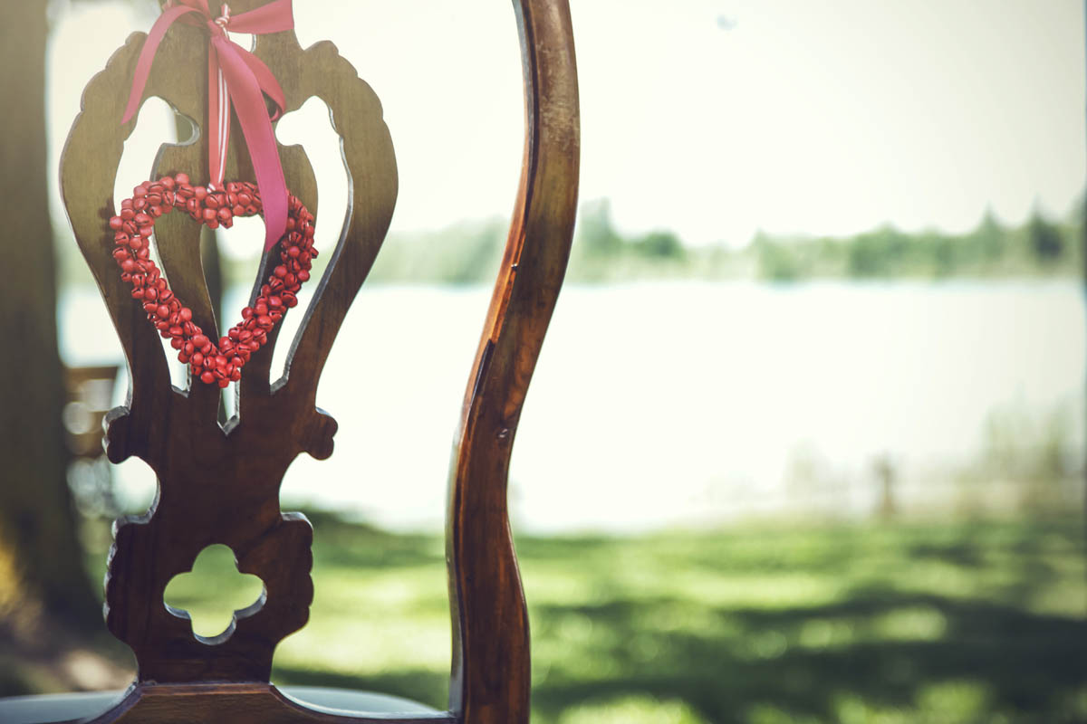 decorazione per sedia con cuore rosso
