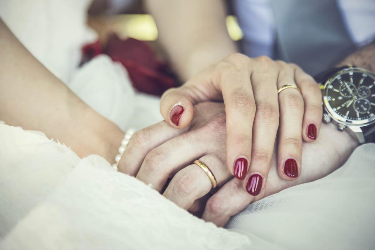 manicure sposa con smalto rosso