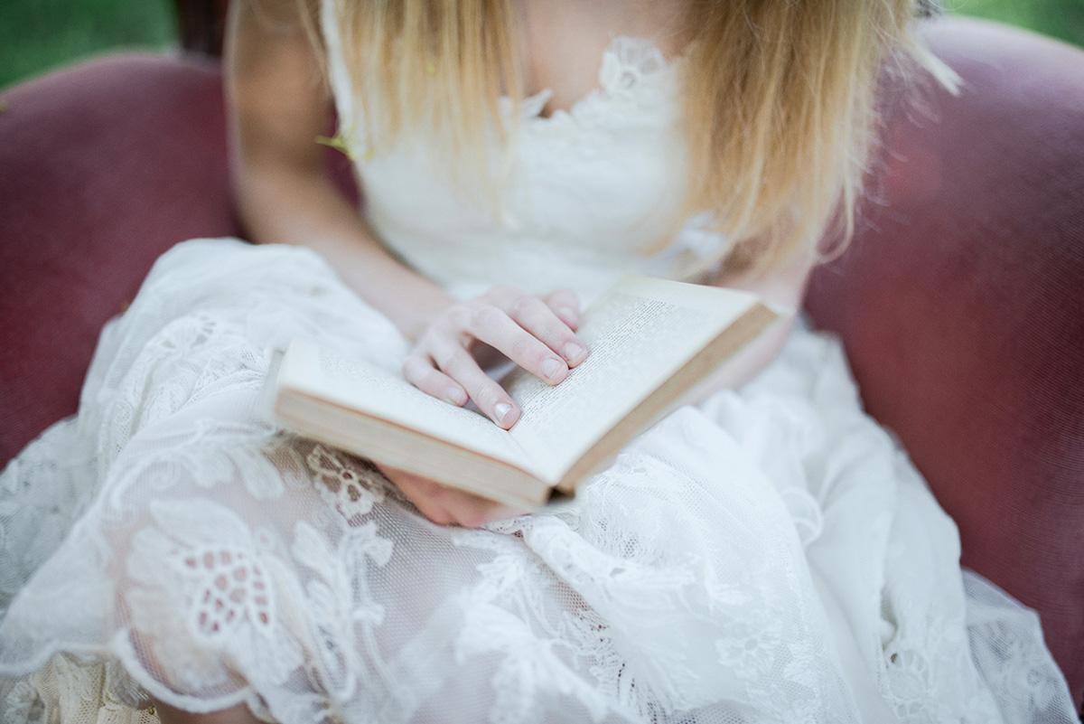 sposa boho chic con libro