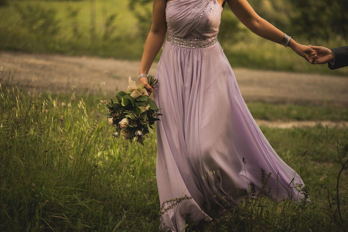 abito da sposa monospalla color lavanda