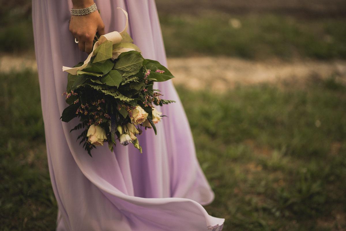 bouquet organico e abito lavanda