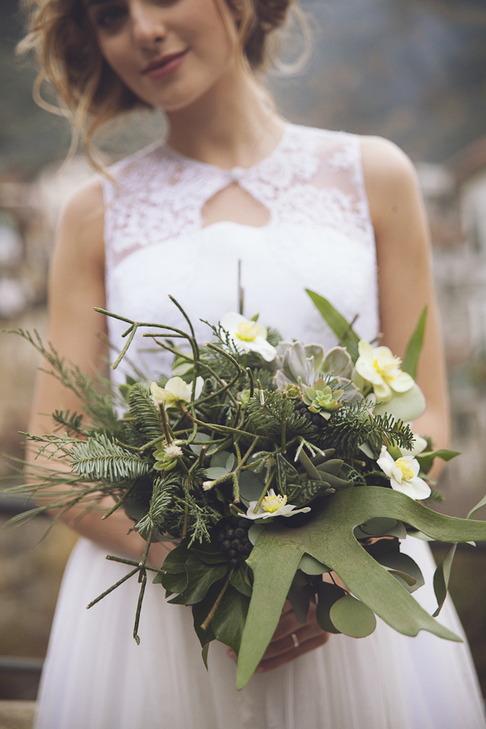 bouquet con ellebori bianchi e foliage