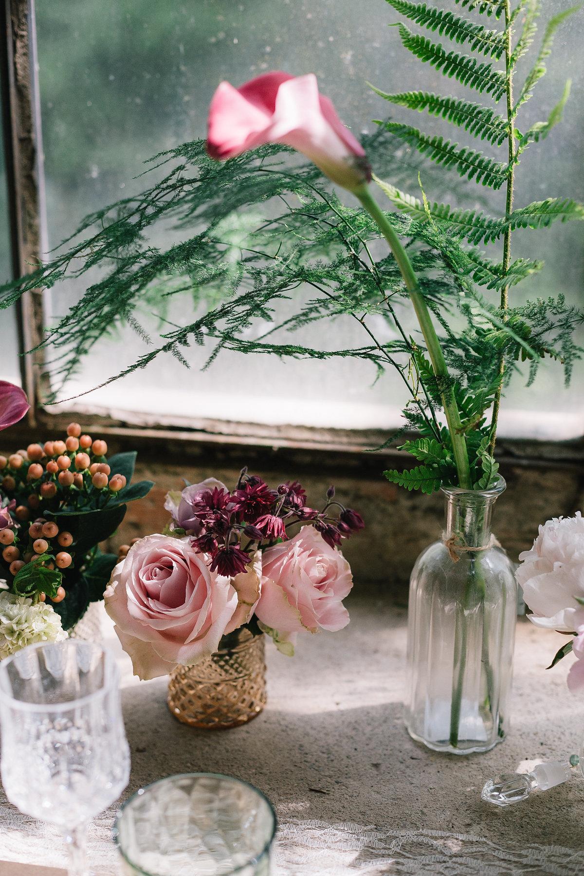 allestimento matrimonio con fiori rosa e felci