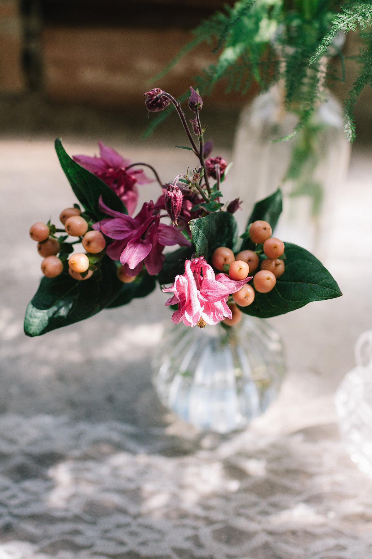 composizione con fiori e bacche