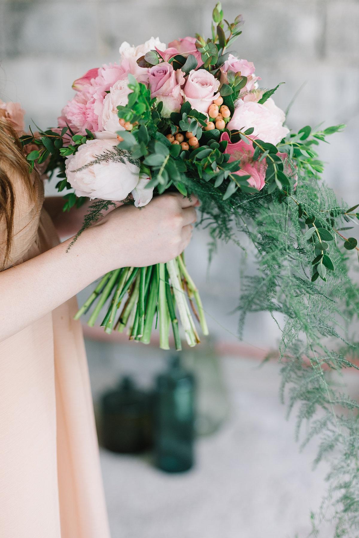 bouquet con peonie rosa, foliage e bacche