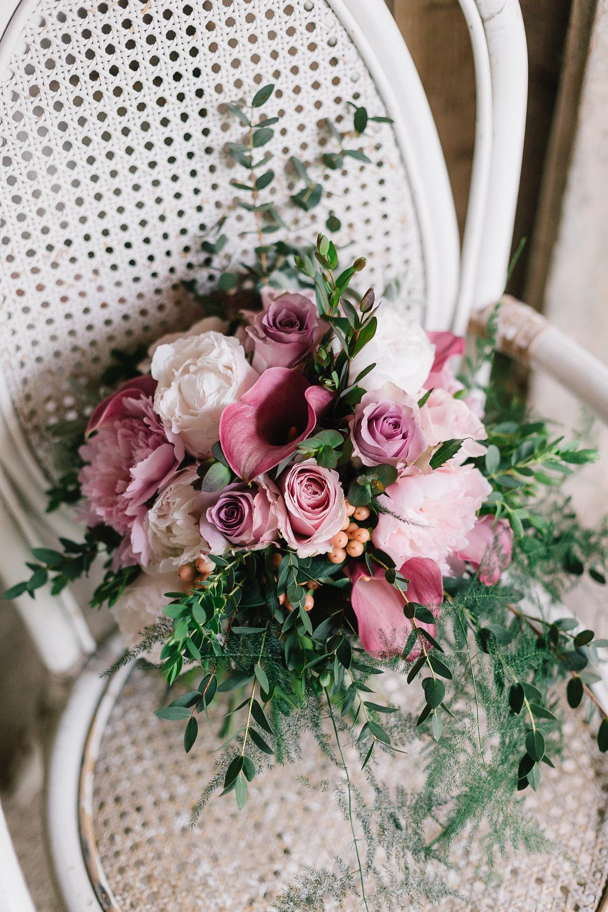 bouquet con peonie, rose, calle, bacche e foliage