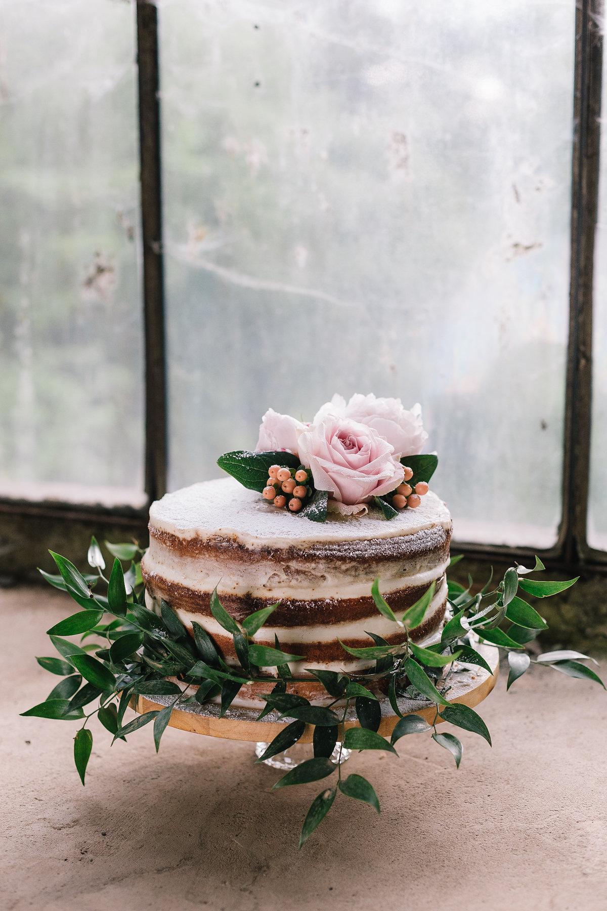 torta nuda con rose e bacche