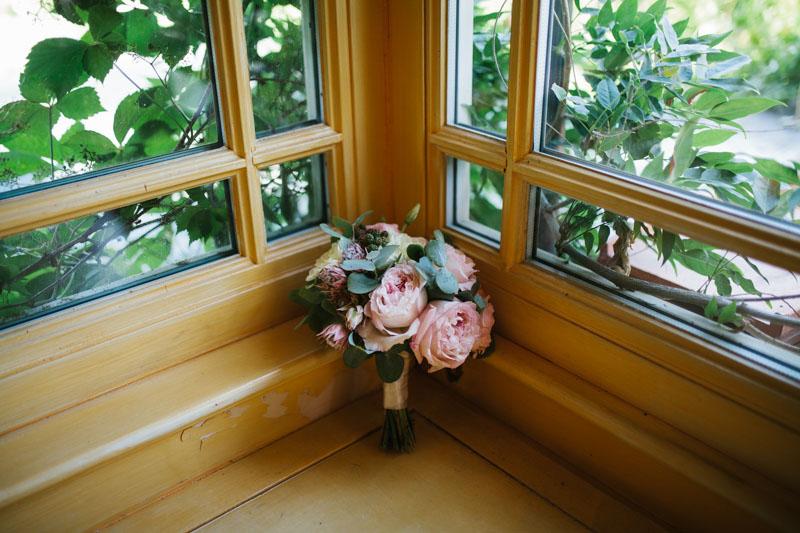bouquet con rose da giardino ed eucalipto