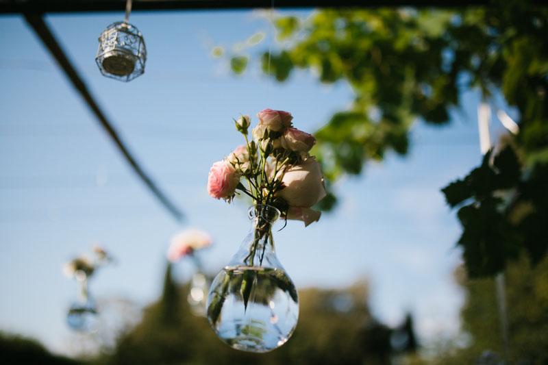 decorazione con rose in ampolle sospese