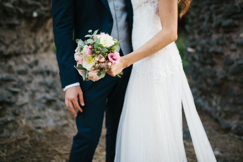 abito da sposa yolan cris e bouquet rosa e verde