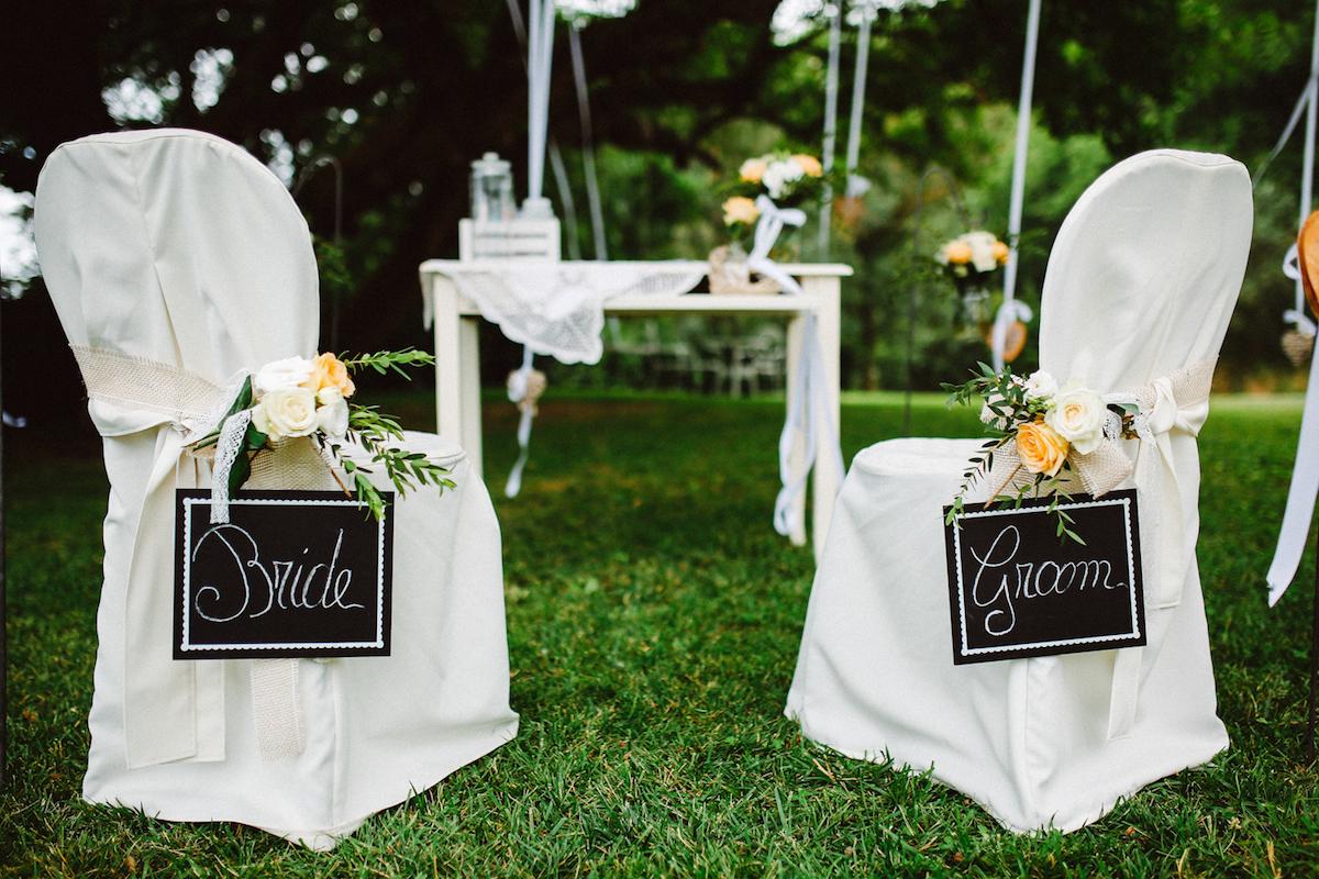 decorazione sedie con cartelli fatti a mano