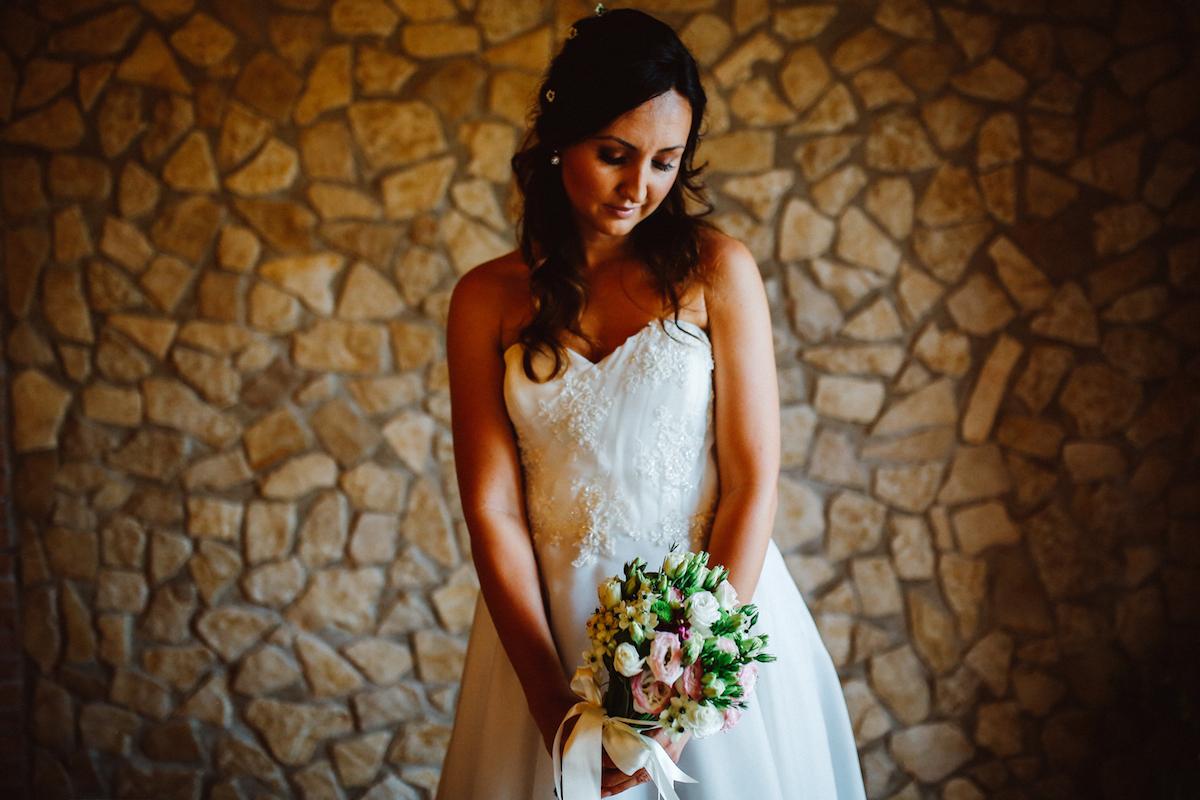 sposa con bouquet rosa e verde