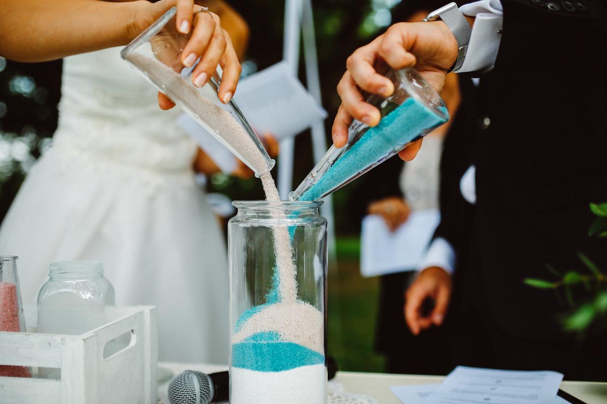 Matrimonio Simbolico Rito Della Sabbia : Colori pastello e carta kraft per un matrimonio all aperto