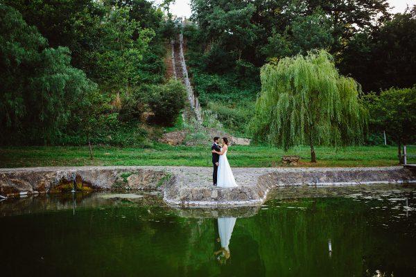 Colori pastello e carta kraft per un matrimonio all'aperto