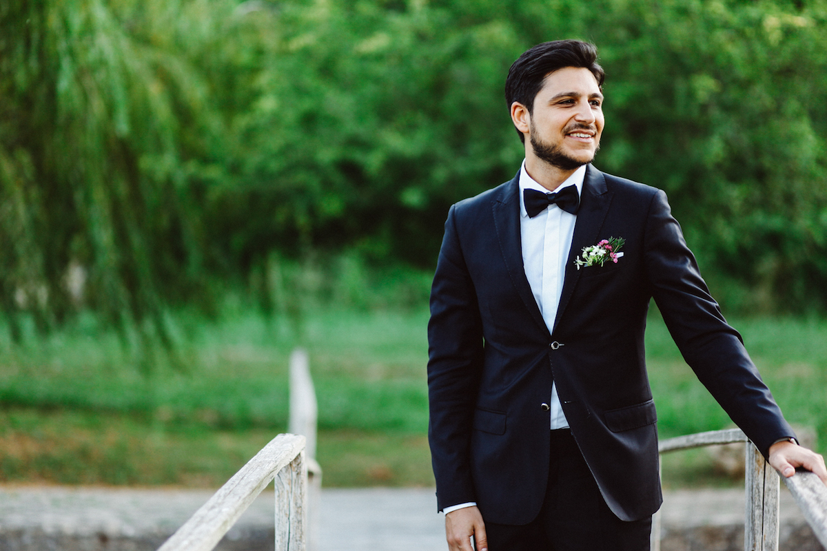 sposo con completo nero e papillon