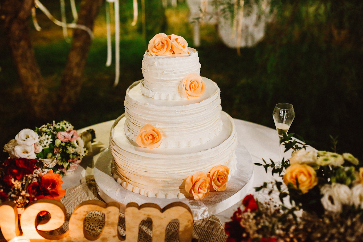 torta nuziale con rose pesca