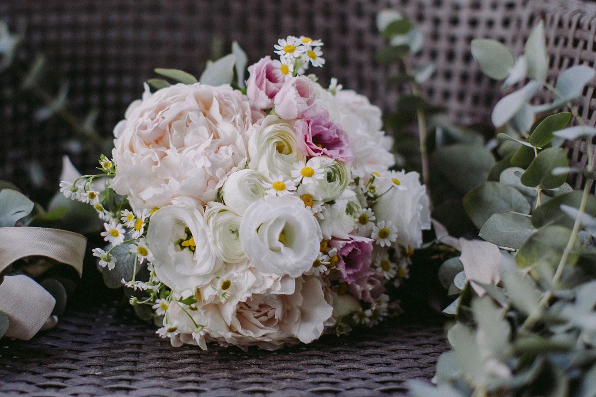 bouquet con peonie, ranuncoli, margherite e lisianthus