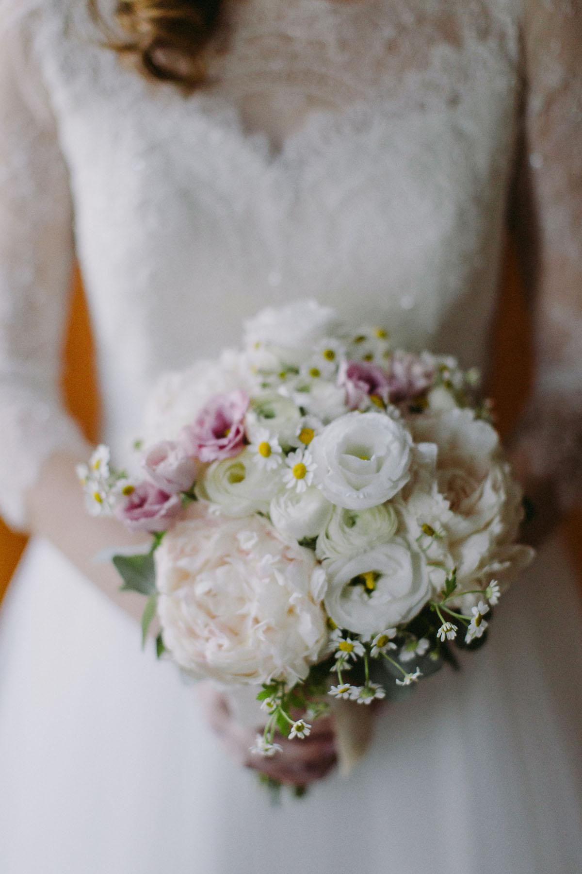 bouquet bianco e rosa con peonie e margherite