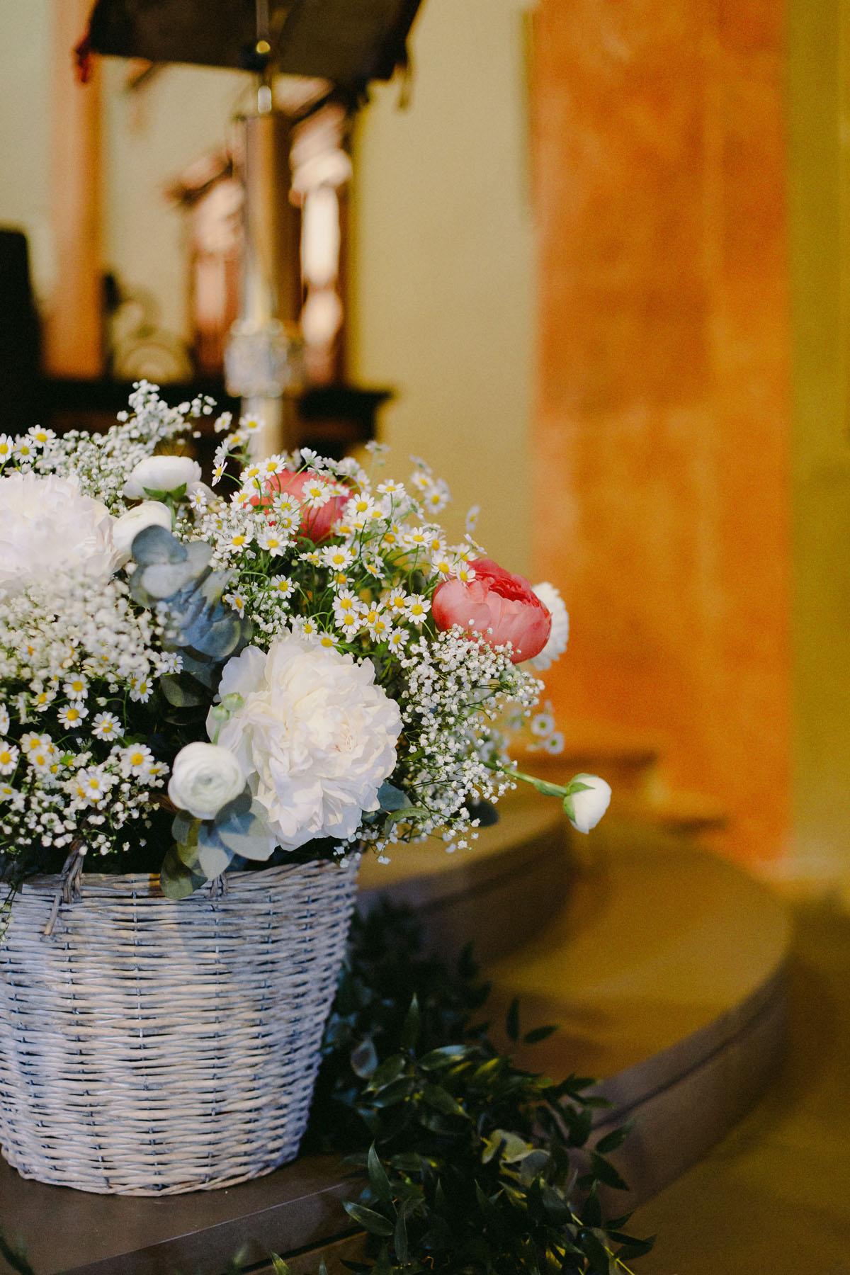 allestimento matrimonio country con fiori in cesto di vimini