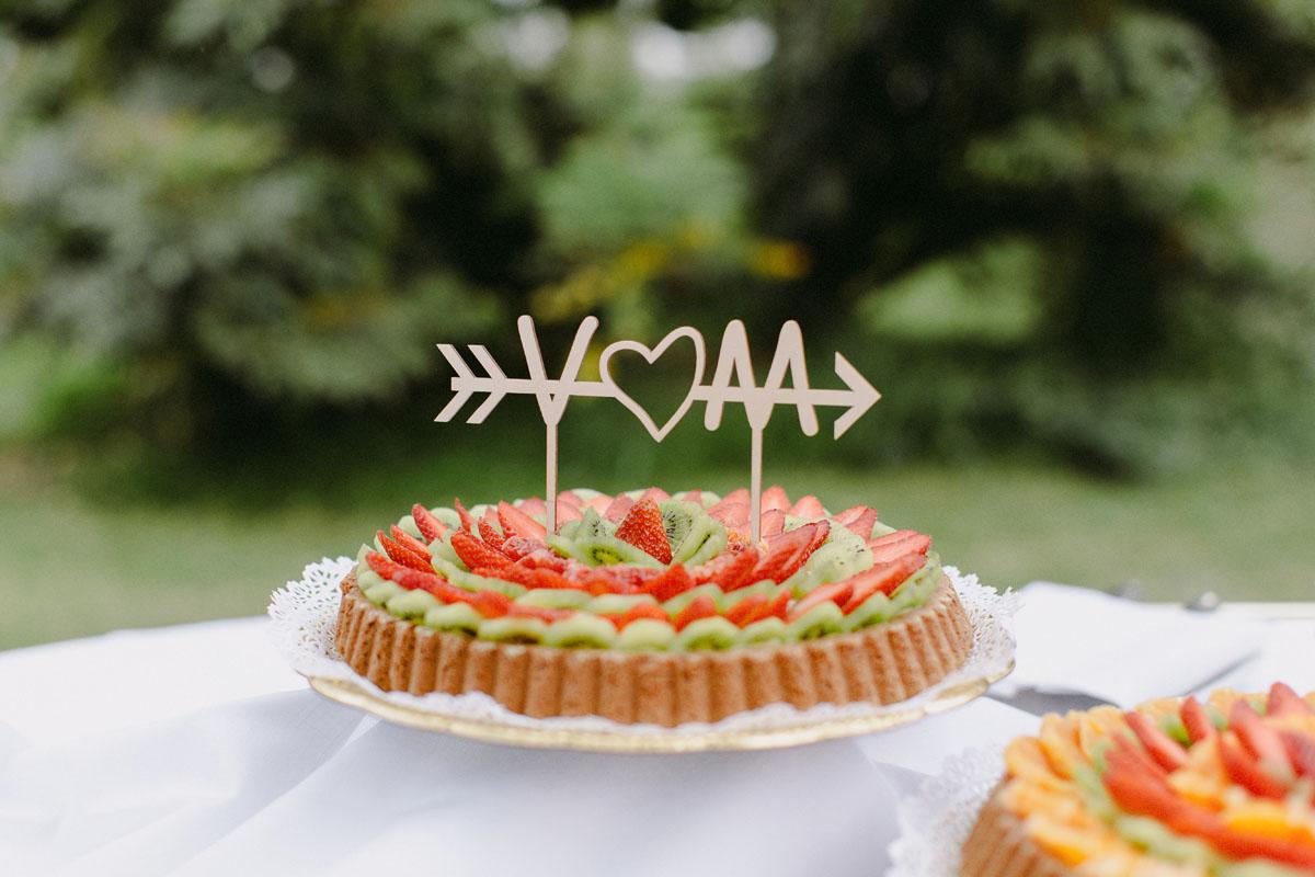 crostata di frutta con cake topper con iniziali sposi